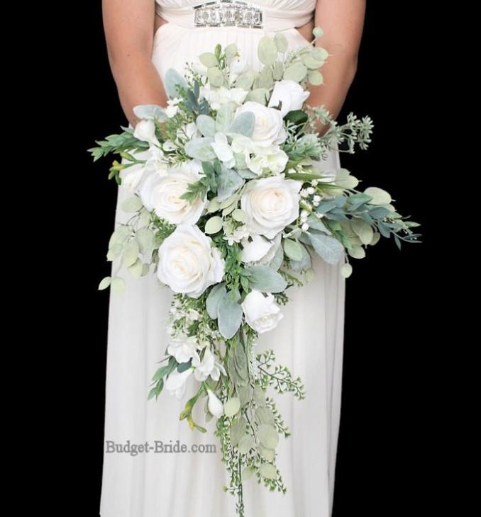 Buquê de cascata de rosas brancas e folhas