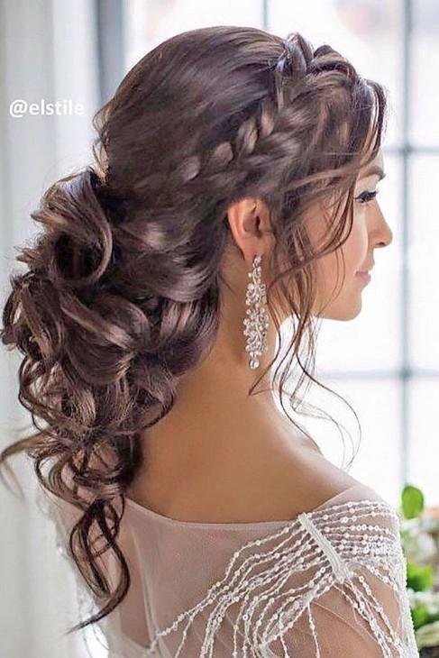 Penteado com cabelos cacheado e tranças