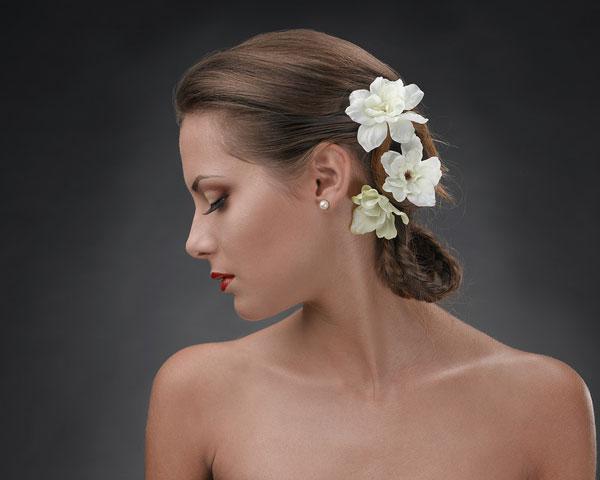 Penteado com cabelo curto e flores