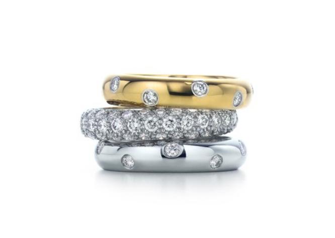 Três modelos de aliança arredondada com pedras