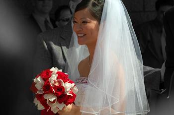 Buquê de casamento de rosas vermelhas e brancas