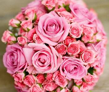 buquê de rosas grandes e pequenas