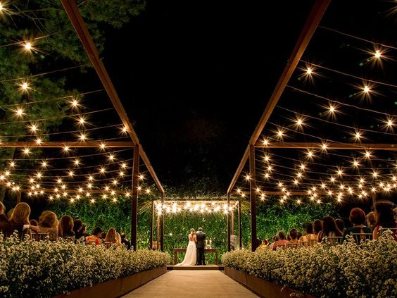Decoração de casamento noturno repleto de luzes