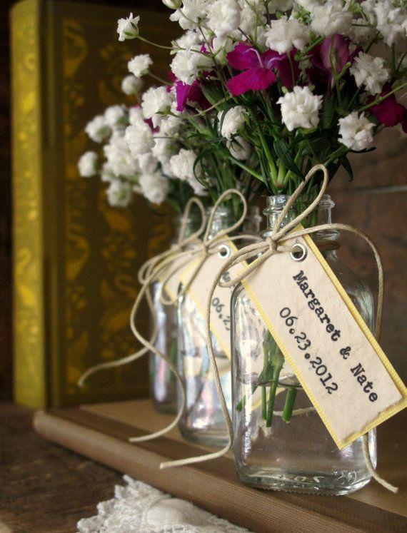 flores dentro de potes de vidro