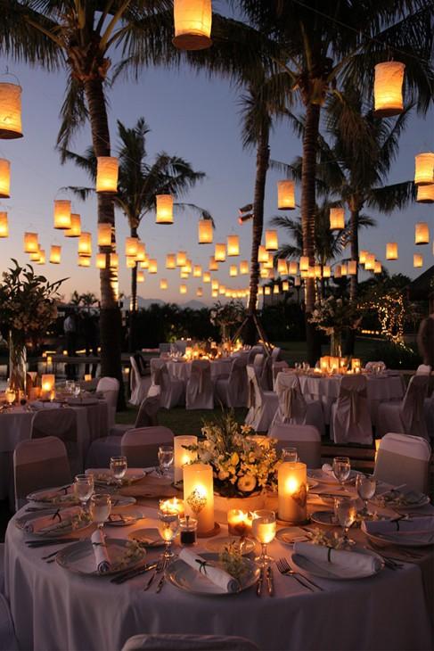 luzes e velas para decoração de casamento na praia