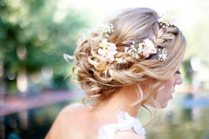 Penteado com cabelo preso com flores
