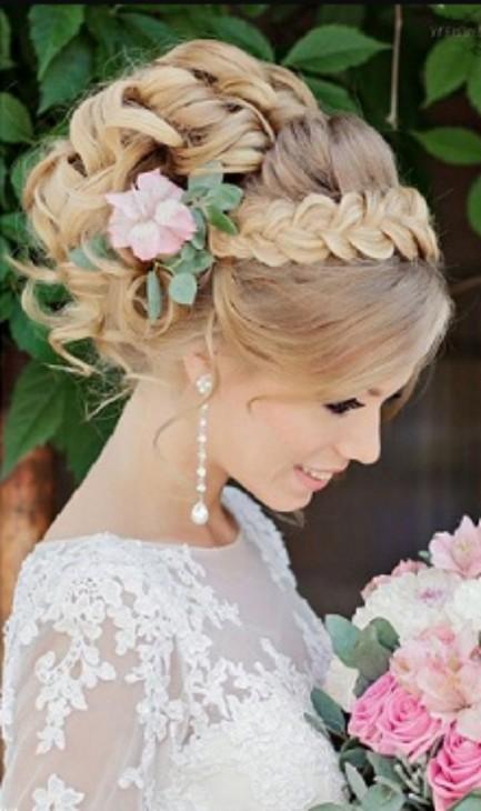 Penteado com cabelo presos e tranças com flores