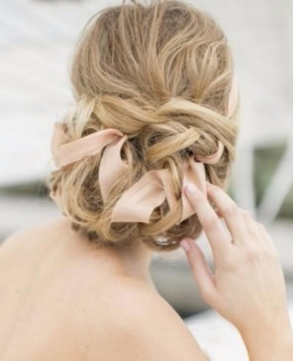 Penteado bagunçado com fitas