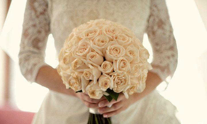 Buquê de rosas brancas para Casamentos de noite