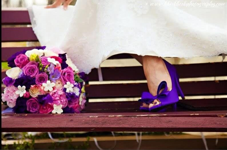 sapato roxo combinando com o buque