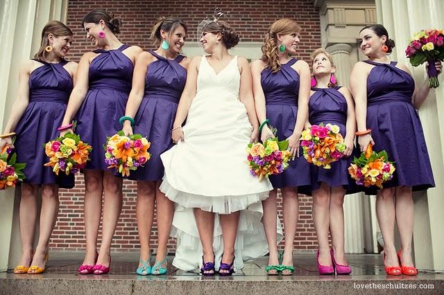 madrinhas convidadas e noiva com sapatos coloridos