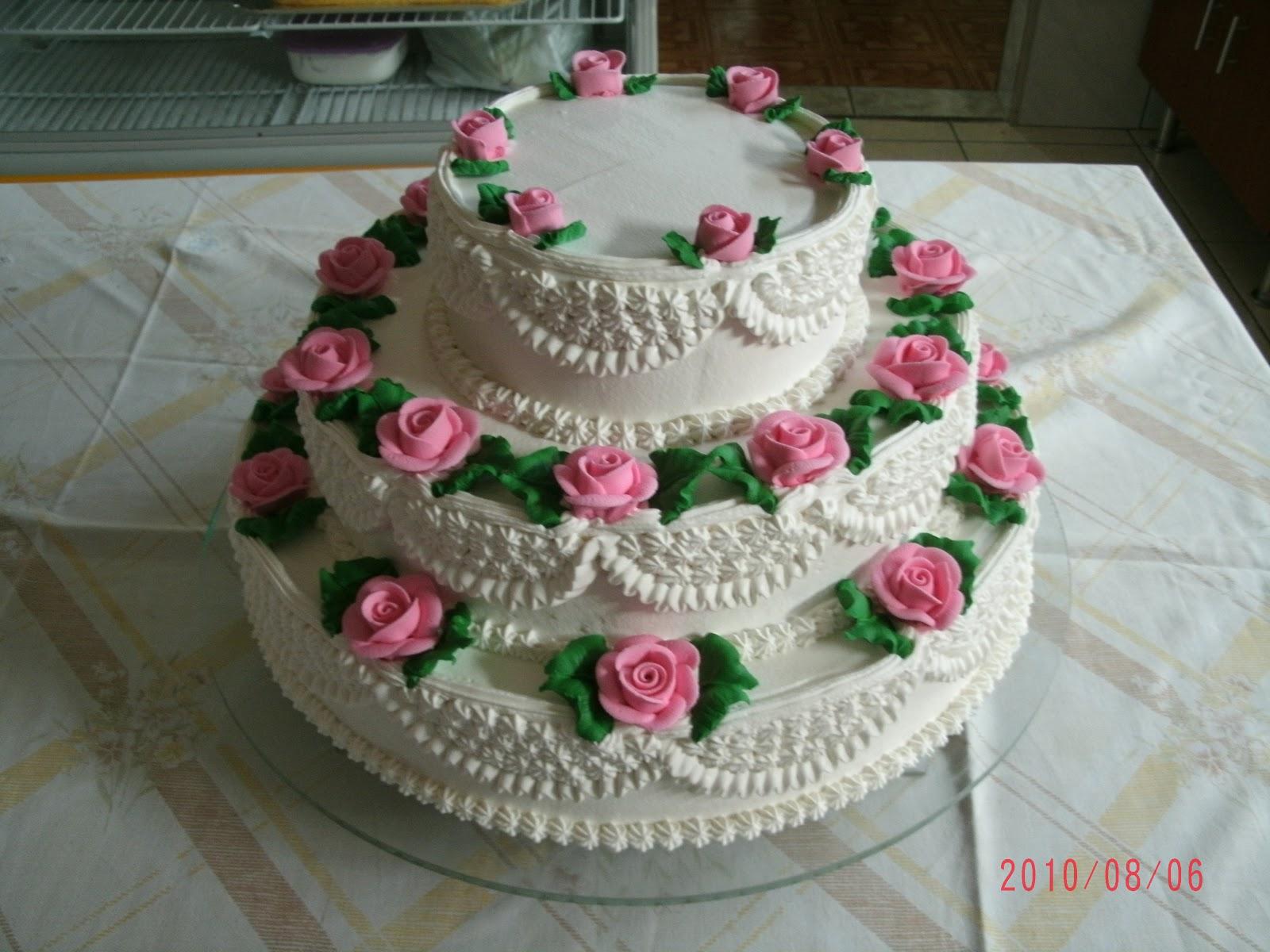 Bolo com chantilly e rosas fica lindo
