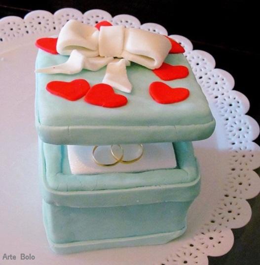 bolo criativo no formato de uma caixa de alianças