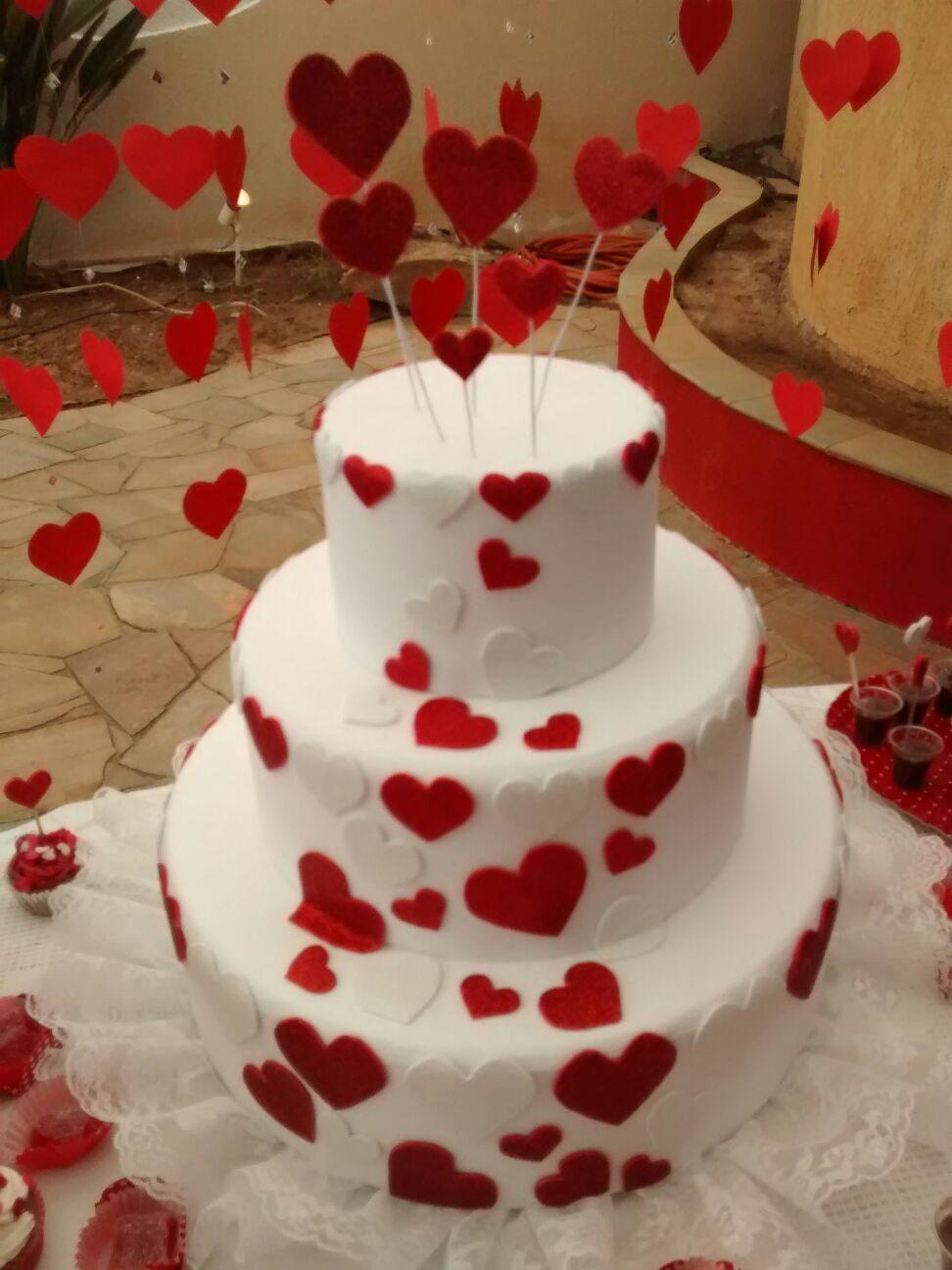Enfeitar seu bolo fake com corações deixa-o mais lindo