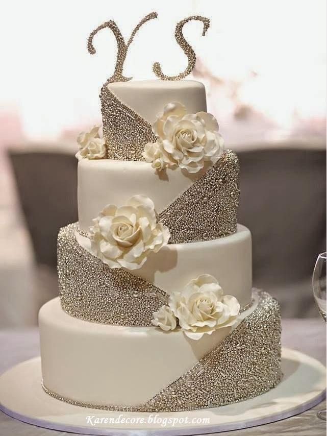 Bolo com vários andares e iniciais dos noivos