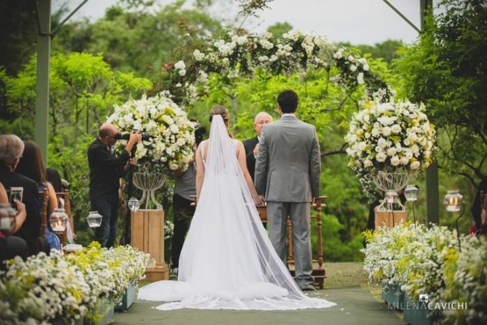 Noivos se casando no campo