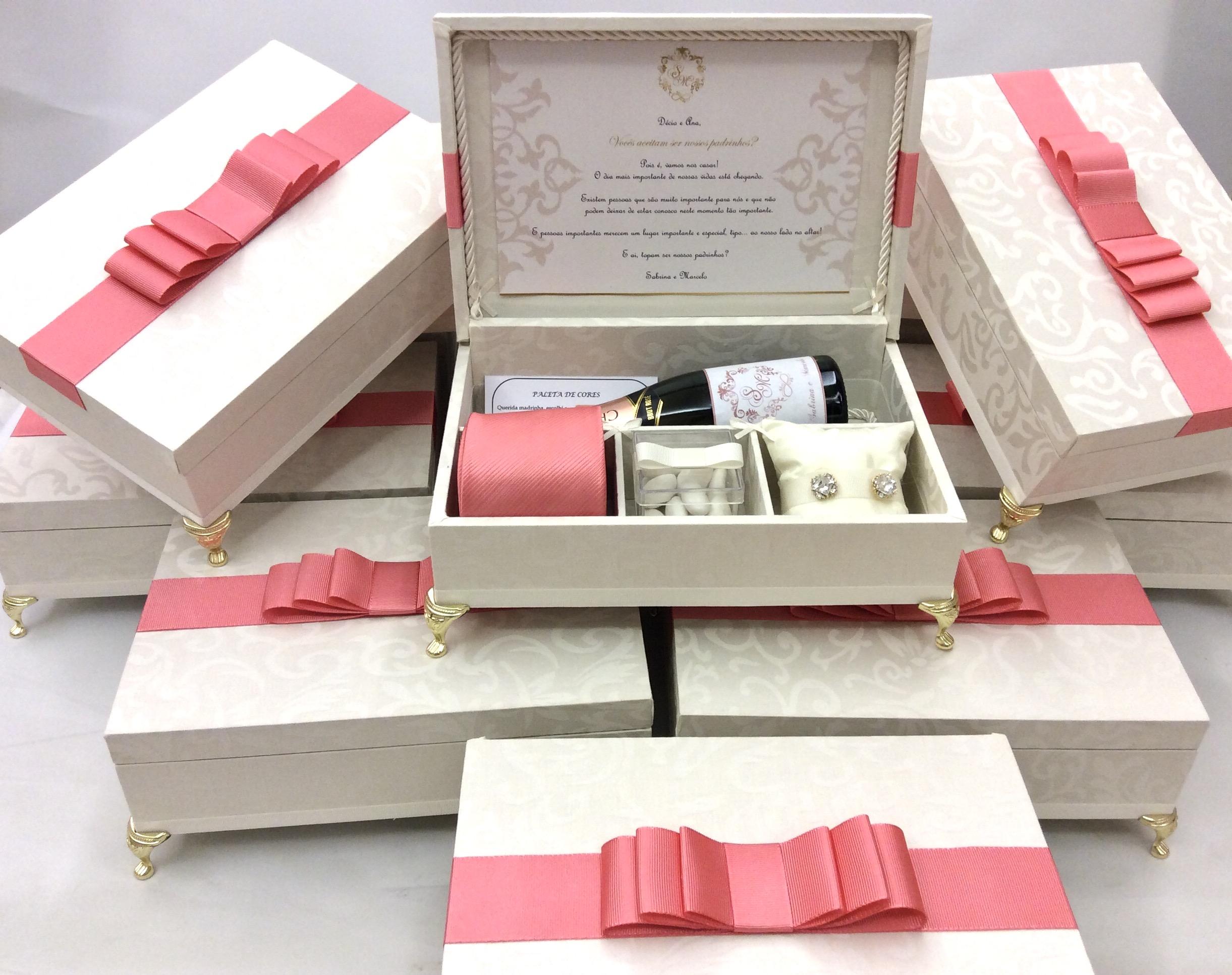 Convite em caixinhas com detalhes em rosa claro