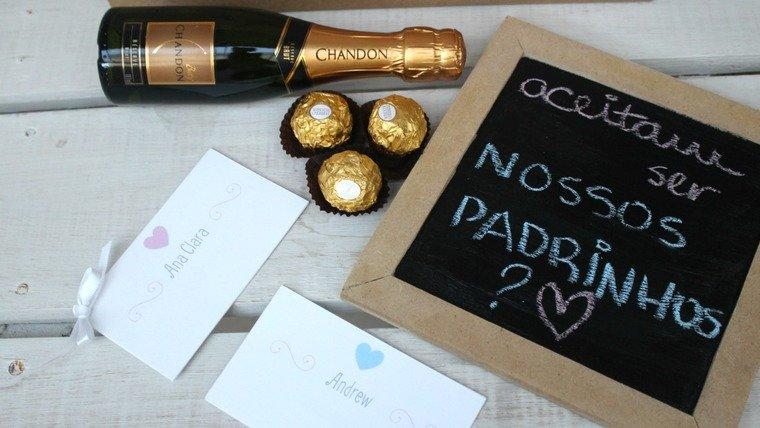 A entrega do convite pode ser acompanhado com uma boa bebida
