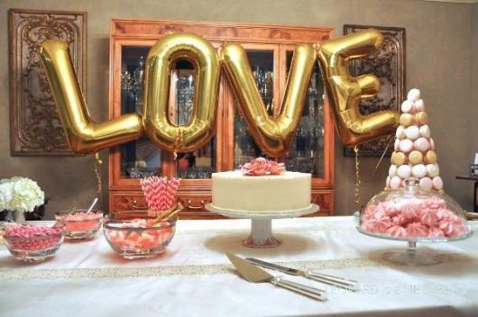 Balão metálico escrito love fica bem lindo né?