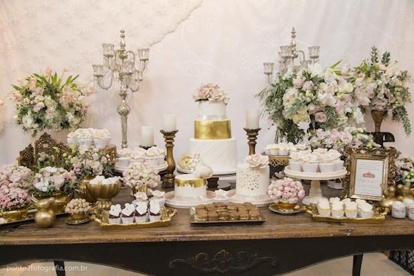 Mesa com cores douradas e objetos clássicos