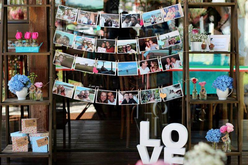 varal com fotos dos momentos dos noivos