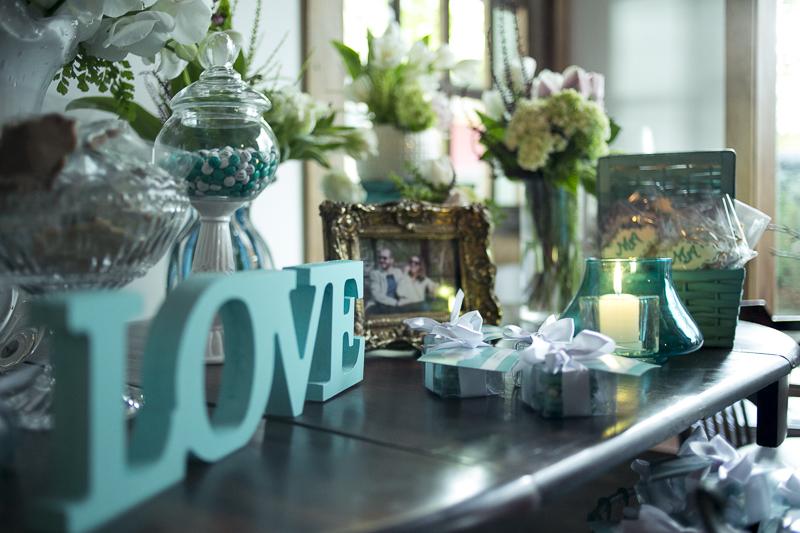 Mesa moderna com letrei escrito love
