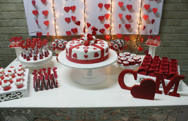 O branco e vermelho deixa tudo mais romântico