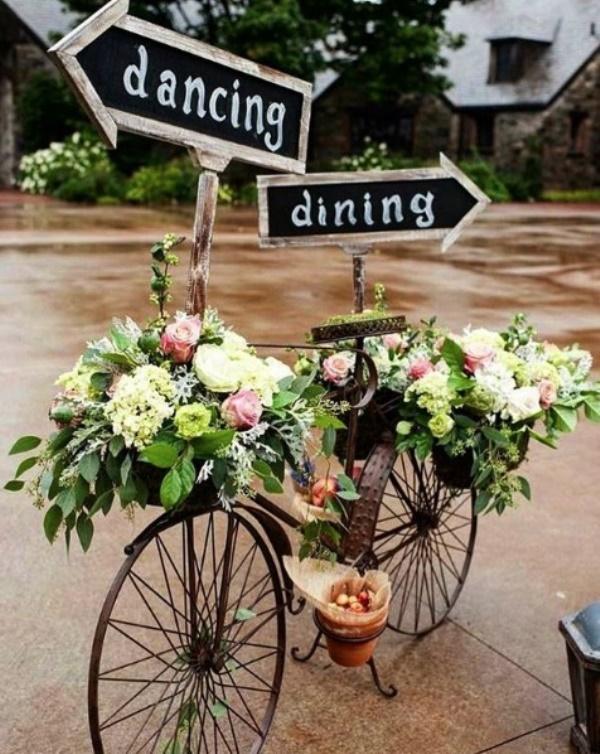 Placas em meio de flores e objetos ficam lindas