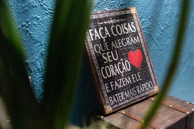 Placas com frases românticas deixa tudo mais charmoso