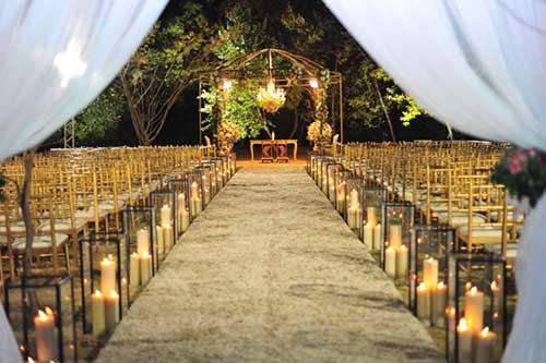 Linda entrada de cerimônia com velas para Casamento noturno ao ar livre