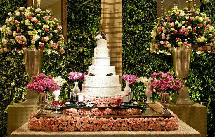 Mesa enfeitada com bastante flores deixa bem romântica não é mesmo?