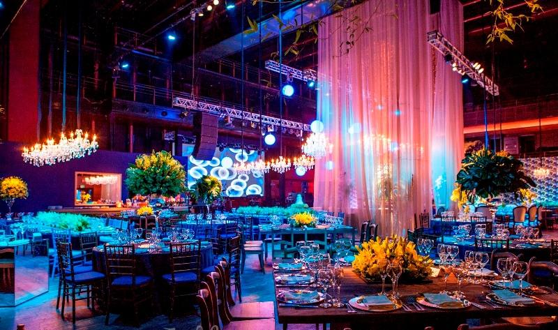 As luzes bem chamativas e coloridas em um Casamento moderno faz toda a diferença