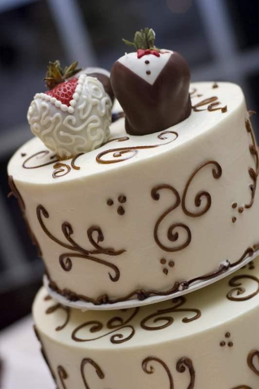Topo do bolo feitos com morangos e chocolates, são lindo e saborosos