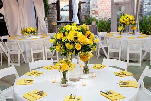 Arranjo de flores amarela para mesa
