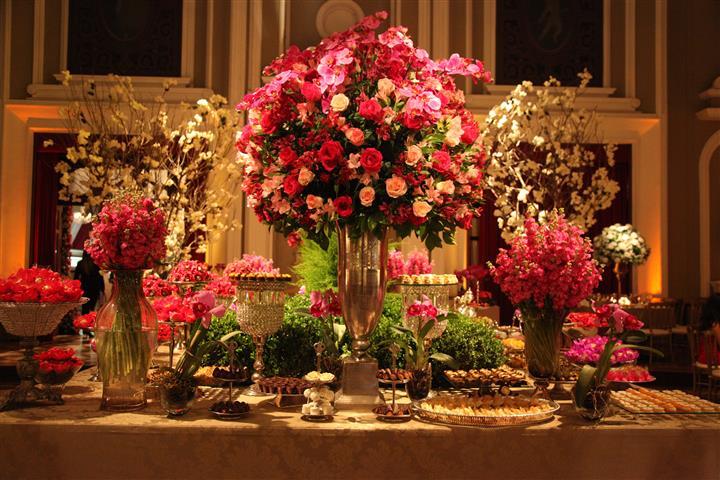 Até nas mesas as rosas ficam super lindas