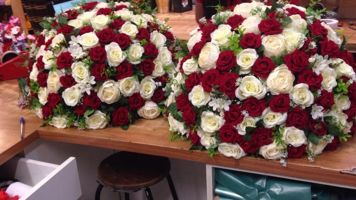 A mistura entre rosas de cores diferentes da um efeito bem bonito para o seu arranjo
