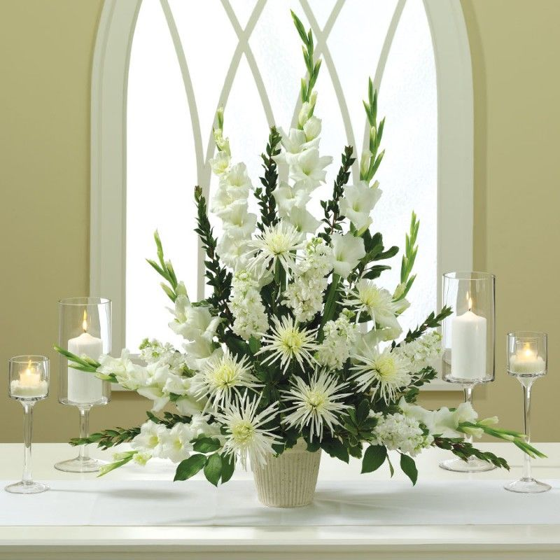 Arranjo lindo com flores brancas para decorar a igreja