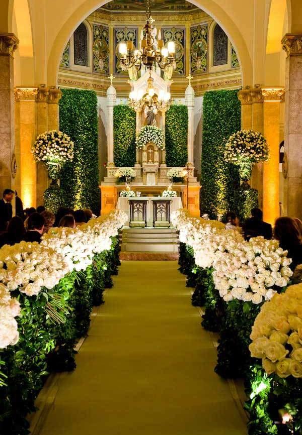 Altar com bastante flores e uma iluminação bem bonita
