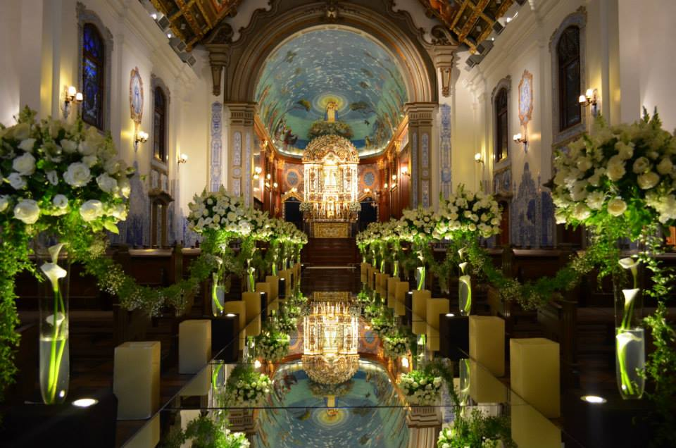 Reflexos dos espelhos deixando a decoração da igreja ainda mais bonita