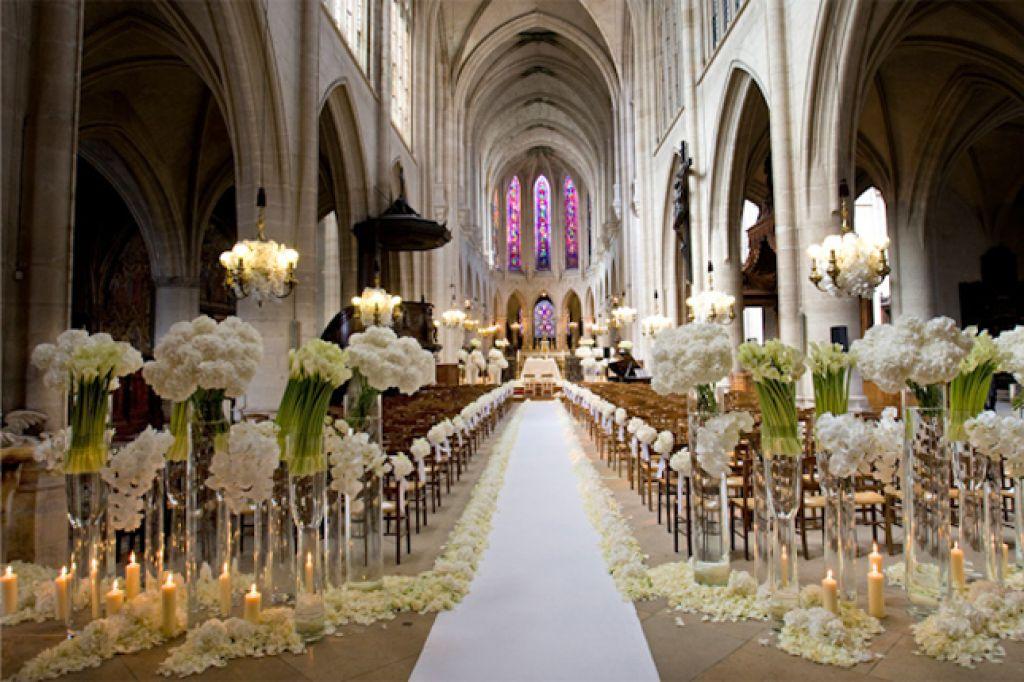 Tapete branco no caminho até o altar, combinando com a decoração