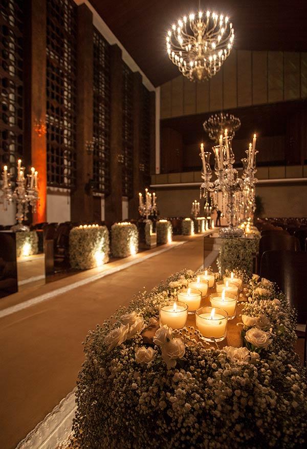 As velas dão um efeito incrível na iluminação da igreja