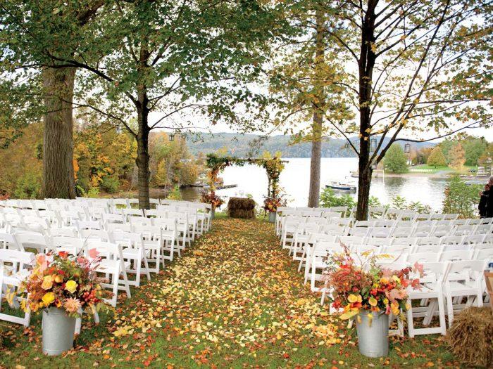 A grama e folhas formam um belo tapete para a entrada dos noivos
