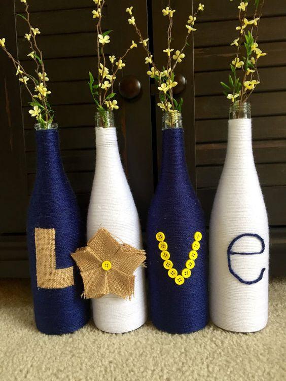 Além de flores você pode colocar letras em suas garrafas decoradas de barbantes formando palavras românticas ou nomes