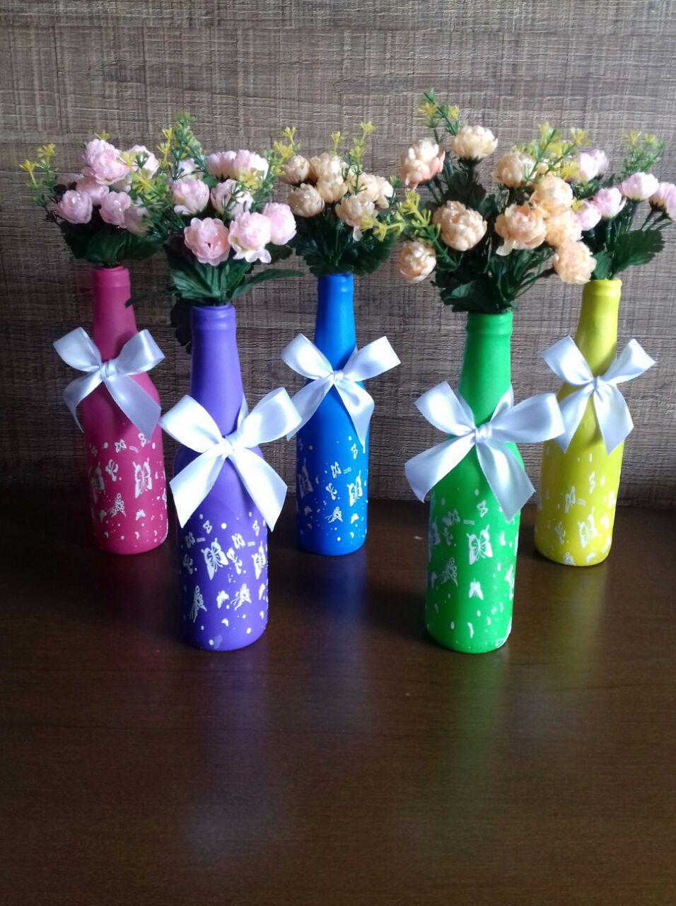 Após colocar a bexiga na garrafa você pode enfeitar com fitas e flores para deixar ainda mais bonito