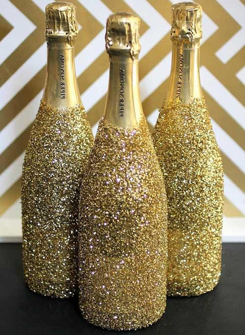 Garrafas decoradas com Glitter dourados ficam bem chiques