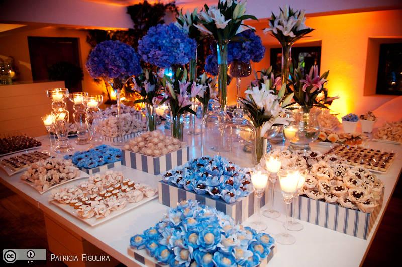Linda mesa com detalhes em azul
