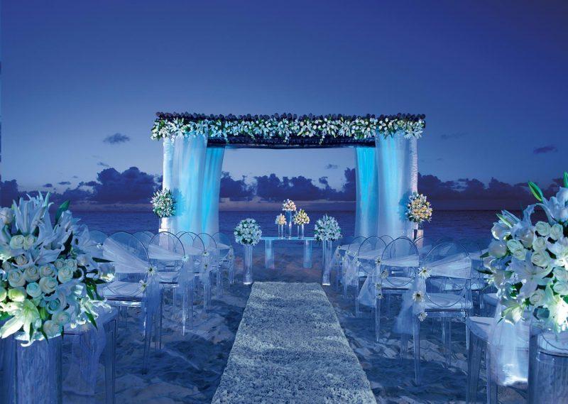 O azul na decoração de casamento na praia fica perfeito de mais