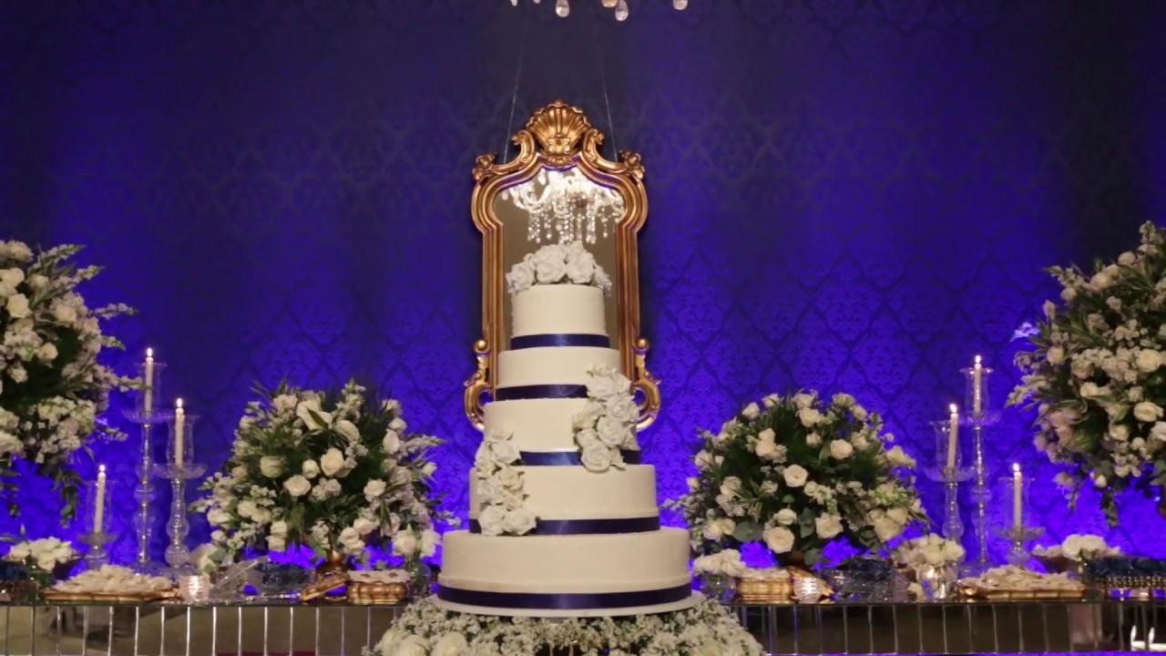 O azul royal na parede destaca muito bem o bolo branco