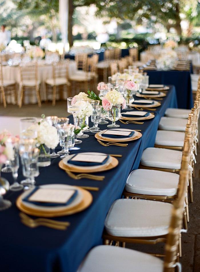 Mesa decorada com azul navy, branco e dourado, fica bem linda né?