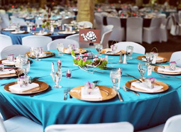 Linda mesa com lençol na cor azul turquesa
